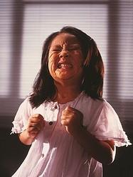 『震える舌』のワンシーン。怖すぎます!!!!ヒイイイギィアアアア!!!(c)1980 松竹株式会社