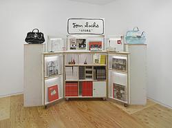 トム・サックスの個展ヒカリエで開催 アイロニカルな現代アート
