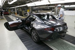 マツダは本社宇品第1工場で「Mazda MX-5 RF(日本名:ロードスター RF)」の生産を開始した。写真は、量産第一号車(欧州仕様車)。(写真提供:マツダ)