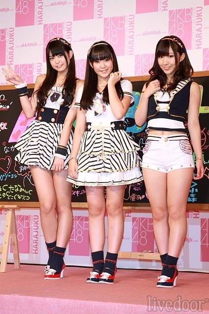 AKB48メンバーを代表して(左から)前田亜美、多田愛佳、岩佐美咲が会見に出席。竹下通りに進出するAKB48ショップをアピールした。 (撮影:野原誠治)
