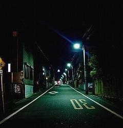 夜道で迷子みかけたら、声かける?(画像はイメージ)