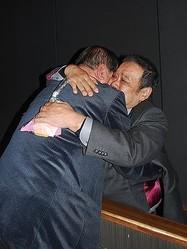 震災後、釜石市で遺体安置所の世話役を務めた千葉さんと抱擁を交わす西田
