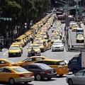 台湾の行政院を100台超のタクシーが包囲 政府のウーバー対応に抗議