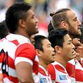 肩を組み「君が代」を斉唱する日本代表選手(写真:アフロ)