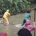 水上歩行器で池を渡る「水蜘蛛の術」のコース。衣服をぬらさずに、いかに早くコースを移動できるかがポイント。