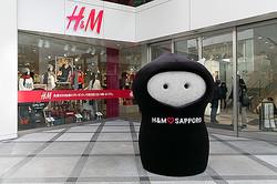 地蔵がシンボルに H&M北海道1号店初公開