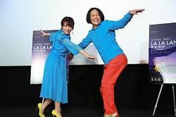 観客と一緒に大合唱をした高橋みなみ(左)、永野