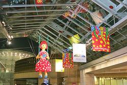 巨大なヤヨイちゃん展示「水玉ガーデン」六本木にオープン