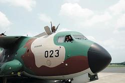 グルメ調査に行ったはずが、なぜか機体に乗せてもらっている3人(左からリナ、先生、チー)