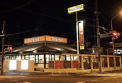 深夜のロイヤルホスト府中東店。店内には客よりスタッフの方が多かった Photo by Hidekazu Izumi