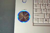 Qosmio AVコントローラ。左のコントローラはボリューム操作に使用する
