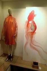 金魚アートとファッションが出会う 深堀隆介「天魚の羽衣」matohu表参道で公開