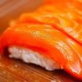 日本で一番人気の寿司ネタは「サーモン」?