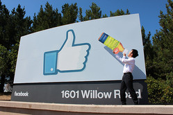 Facebook本社入口にて。