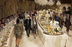 ショーの舞台は晩餐会、シャネルが豪華メティエダール コレクション発表
