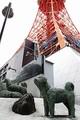東京タワー下のタロ・ジロたち樺太犬15頭の像。移転先はどこになるのだろうか