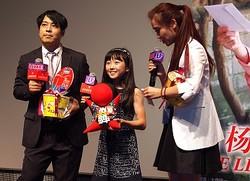 中国語スピーチに喝采! - 大森研一監督(左)と本田望結(中央)
