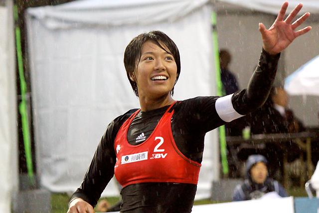 結果が出てようやく笑顔が戻ってきた浅尾美和。雨の中、途切らすことなく声を出し続けた。望みは初優勝。これ以上の笑顔が見られるか。