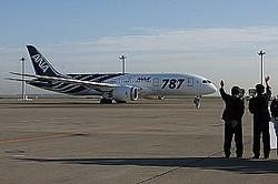 ボーイング787の国内線初便を見送るANA関係者。左側が伊東信一郎社長