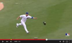 一瞬の機転でグローブをファーストに投げたMLB投手のプレーが話題