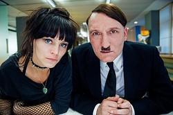 2014年にタイムスリップしたヒトラー  - (C)2015 MYTHOS FILMPRODUKTION GMBH & CO. KG CONSTANTIN FILM