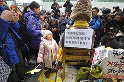"""韓国・日本大使館前(ソウル)に建てられた慰安婦を表す少女像。""""日韓合意""""を受け、1月6日にはその周辺で大規模な抗議デモが行なわれた"""