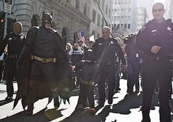 「バットキッド」となったマイルズ君(中央)と、彼の夢を手助けするサンフランシスコ市民たち  - Ramin Talaie / Getty Images