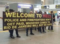 リオ空港で「地獄へようこそ」、五輪目前に掲げられたメッセージ。