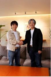 左より松浦勝人社長、坂本龍一