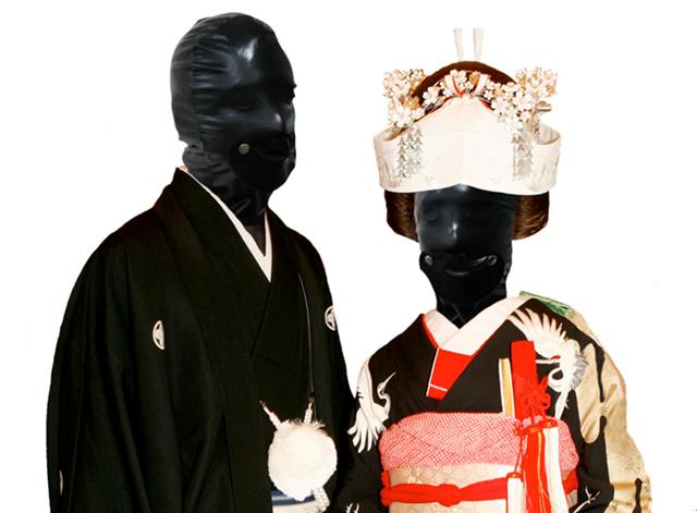 """谷桃子が結婚か。全身ラバースーツな""""真夏のホラー結婚式""""が本日2日夜、都内のどこかに出現する。"""