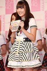 オススメ商品として、「バウムクーヘン」を手にするAKB48の多田愛佳