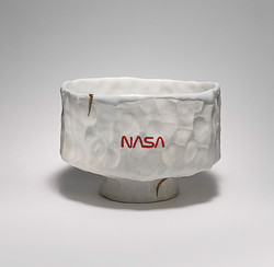 Pam, 2013, English porcelain, Temple white glaze, Kintsugi, NASA Red inlay h.10.2×w.13.0×d.13.7cm ©Tom Sachs