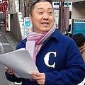 東京・下北沢の商店街でビラを配る山本
