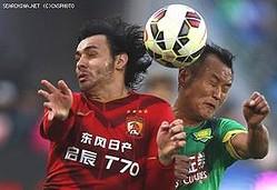 日産自動車の中国合弁会社、東風日産乗用車は21日と23日に声明を発表し、中国のサッカークラブ「広州恒大」が、スポンサー契約を守らなかったとして、法的措置に着手したことを明らかにした。新華社は同問題について、広州恒大を批判する見解を紹介した。(イメージ写真提供:CNSPHOTO広州恒大の10月31日の試合。同時点では「東風日産」の社名入りのユニフォームを着用)
