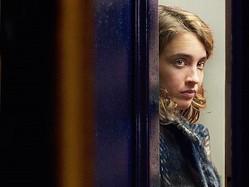映画『午後8時の訪問者』より  - (C) LES FILMS DU FLEUVE - ARCHIPEL 35 - SAVAGE FILM - FRANCE 2 CINEMA - VOO et Be tv - RTBF (Television belge)