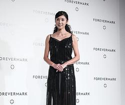 黒木瞳がフォーエバーマーク賞を受賞「ダイヤのように輝き続けたい」