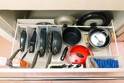 【コジマジックの100均収納】キッチンのシンク下引き出しのすき間活用アイデアとは?
