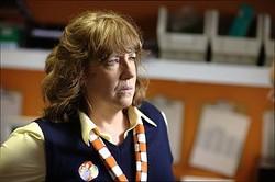 店長のサンドラは警察の言うがままに女性店員を調べ上げる/[c]2012 Bad Cop Bad Cop Film Productions, LLC