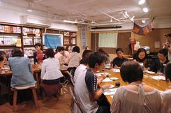 8月26日に東京都目黒区のカフェで開かれた交流会の様子。(撮影:東雲吾衣)