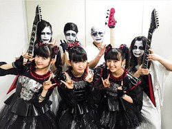 BABYMETALと神バンド(出典:https://www.instagram.com/babymetal_jpn)