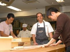 13日、東京・渋谷で「ベーカリーセミナー2006」が開かれ、講師のドミニク・サブロン氏(中央)が最新のフランスパン事情を解説した。(撮影:久保田真理)