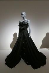 「黒の衝撃」から30年辿る 国内初の日本ファッション展開催