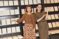 撮影:川野結李歌  完成して発売された手帳を前に(左:三戸なつめ/右:青柳文子)