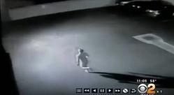 全裸男が駐車場で大暴れ!全速力で頭から車に突っ込み、ボンネットに飛び乗る【動画】