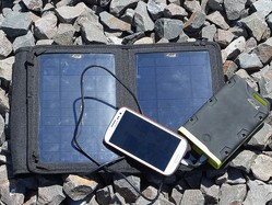 暑い夏こそスマホのバッテリー対策に役立つ防水・防塵ソーラーバッテリーの活用法