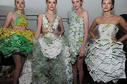 サブウェイのサンドイッチ包装材で作られたドレスが話題