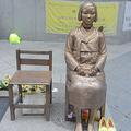第2次大戦中に「慰安婦」として従事させられたという韓国人女性をモデルにした銅像の除幕式が30日、米国カリフォルニア州で行われた。中国メディア・中国新聞社は1日、日系人の米国会議員が像の設置を支持するメッセージを送ったと報じた。(写真:ソウル駐韓日本大使館前に設置された従軍慰安婦を象徴する少女像/撮影:宮城英二)