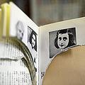 vandalize=破壊されたと報じられた「アンネの日記」。海外との温度差に気付かぬままでいるのは危険だ。(写真=時事通信フォト)