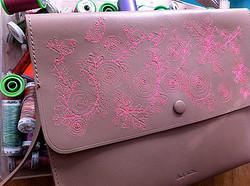 ポール・スミスがUK女性アーティストの刺繍&ドローイングを展示販売