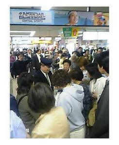 27日、相鉄線星川−天王町間の踏切内事故で混乱する二俣川駅(撮影:今中基夫さん)